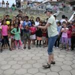 Моника Петрухова - чешка доброволка. Забавлява децата с жонглиране.